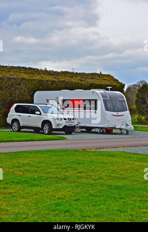 Modern car and caravan outfit at the Caravan & Motorhome Club Millenium site near Bransgore, near Christchurch Hampshire. - Stock Image
