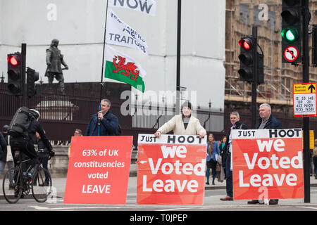 London, UK. 20th March, 2019. Pro-Brexit protesters hold signs outside the Houses of Parliament. Credit: Mark Kerrison/Alamy Live News - Stock Image