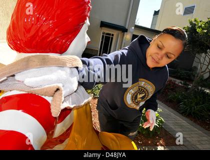 Sailors volunteer at Ronald McDonald House. - Stock Image