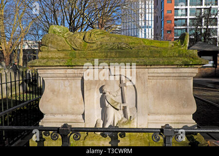 Daffodils blooming in February amongst gravestones in Bunhill Fields Cemetery on City Road in London EC1 England UK  KATHY DEWITT - Stock Image