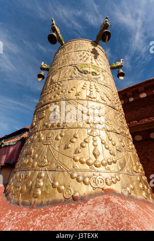 Dhvaja the Victory Banner in golden metalic form on the roof of Jokhang temple, Lhasa, Tibet. - Stock Image
