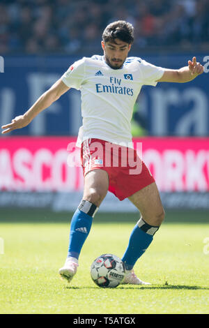 Hamburg, Deutschland. 20th Apr, 2019. Berkay OEZCAN (vñZCAN, HH) with Ball, Individual with ball, Action, Full figure, upright, Soccer 2. Bundesliga, 30. matchday, Hamburg Hamburg Hamburg (HH) - FC Erzgebirge Aue (AUE) 1: 1, 20.04 .2019 in Hamburg/Germany. ¬ | usage worldwide Credit: dpa/Alamy Live News - Stock Image