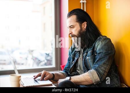 Man using laptop - Stock Image