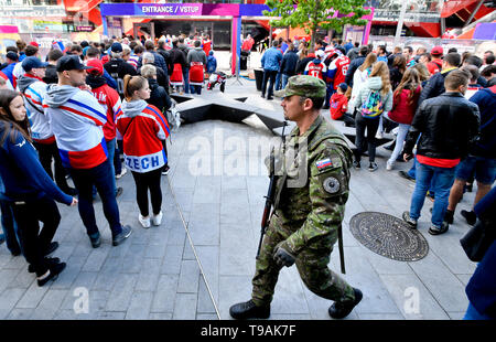 Bratislava, Slovakia. 17th May, 2019. Slovakian soldier with a machine gun on a patrol pass by as Czech ice hockey fans come to the Ondrej Nepela Arena in Bratislava, Slovakia, on May 17, 2019, to the match Czech Republic vs Italy within the 2019 IIHF World Championship. Credit: Vit Simanek/CTK Photo/Alamy Live News - Stock Image