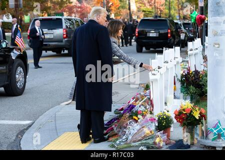 U.S first lady Melania Trump, place a stone from the White House on the memorial of those killed at the Tree of Life Synagogue as President Donald Trump looks on October 30, 2018 in Pittsburgh, Pennsylvania. - Stock Image