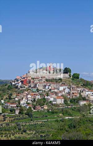 The Small Medieval Town Of Motovun Sits On A 280 M High Mountain Peak In The Mirnatal - Stock Image