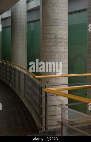 Innenaufnahme, Betonsäulen, Geländer, Flur, - Stock Image