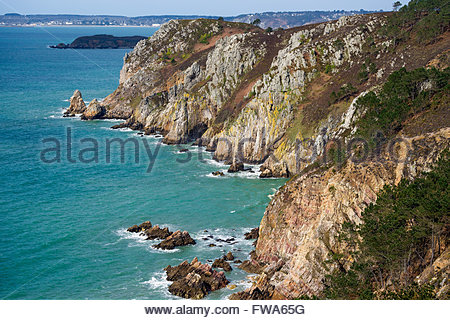 Crozon : the Sentier des Douaniers (GR 34) hiking trail known as the coastal foot path - Stock Image