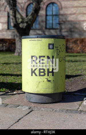 'Ren Kærlighed til KBH' ('Pure/clean love for CPH'), sign on a rubbish bin; Copenhagen, Denmark - Stock Image