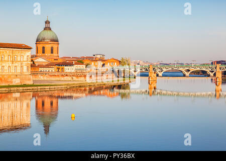 The Saint Pierre Bridge and the dome of the La Grace Hospital reflecting in the Garonne, Toulouse, - Stock Image