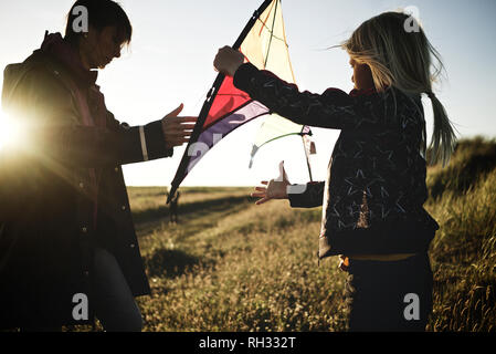 Mother with daughter playing kite - Stock Image