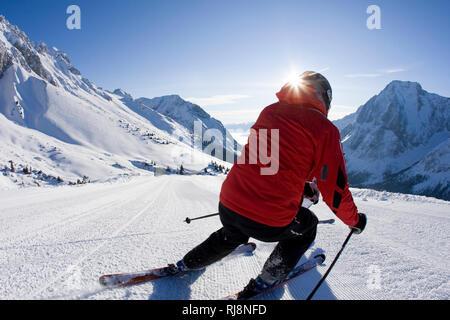 Paar bei Skiabfahrt im Skigebiet Ehrwalder Alm, Wettersteingebirge, Tirol, Österreich - Stock Image