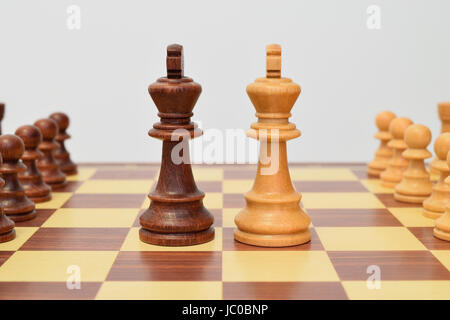 King at the center of the chessboard in a challenging attitude - Stock Image