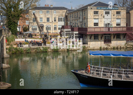 The famous Head of the River Public House by Folly Bridge on the Thames at Oxford - Stock Image