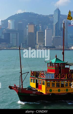 Chinese tour bark in front of Hong Kong SAR, CN - Stock Image