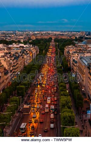 Traffic at twilight along the Champs Elysees, looking from Place de l'Etoile to Place de la Concorde, Paris, France. - Stock Image