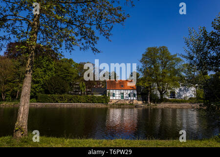 Leinpfad path on the Ruhr river with half-timbered house, Mülheim an der Ruhr, Germany - Stock Image