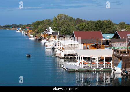 Montenegro, Ulcinj, Lokale am westlicher Arm des Flusses Buna (albanisch Bunë; serbisch Бојана Bojana) kurz vor der Mündung ins Mittelmeer - Stock Image