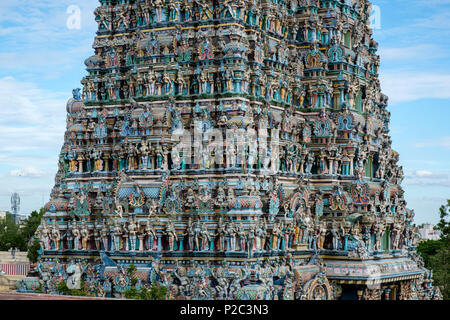 Painted statues of Hindu gods and goddesses on a 'gopura' (gateway tower) of Meenakshi Temple, Madurai, Tamil Nadu, India. - Stock Image