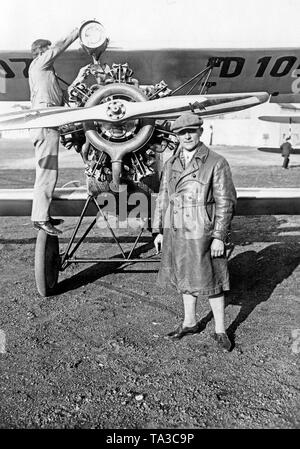 The aerobatic pilot Fritz Heidt during an air day on the Staaken airfield. - Stock Image