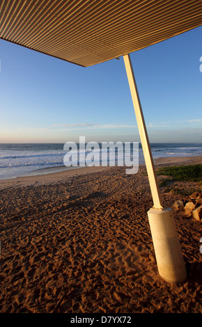 A METAL AWNING ON THE SIDE OF A BEACH BLUE SUNNY SKY BDB - Stock Image