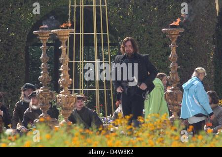 FAST SICHER MIT DEM NAMEN...    Der britische Schauspieler Matthew MacFadyen (M) in der Rolle des Athos steht am - Stock Image