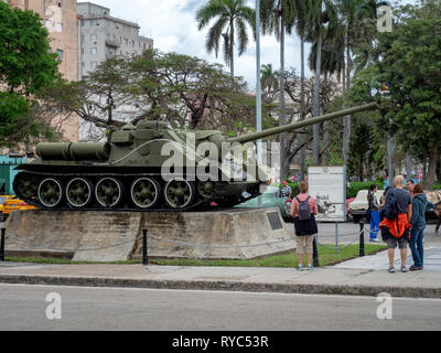 Soviet SAU-100 self-propelled gun used by Cuba's Fidel Castro in the failed US-backed Bay of Pigs invasion. It stands in Havana's Revolution Square - Stock Image