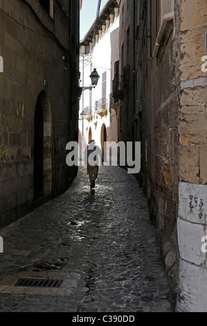 Mann geht durch eine enge Gasse, Palma, Mallorca, Spanien. - Man walks through a narrow alley, Palma, Majorca, Spain. - Stock Image