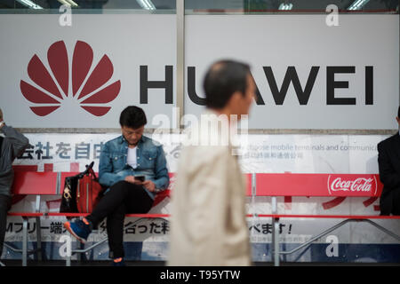 A pedestrian walks past a large Huawei advertising in Shinjuku area on May 17, 2019 in Tokyo Japan. USA President signed an executive order on May 16 to ban China's Huawei. May 17, 2019 Credit: Nicolas Datiche/AFLO/Alamy Live News - Stock Image