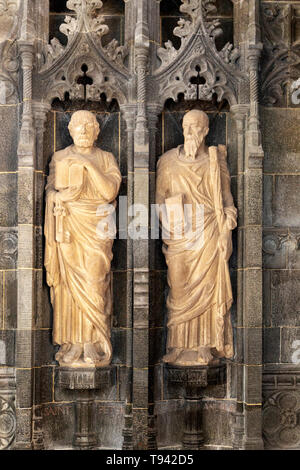 Stone carved reredos figures Saint Peter and Saint Andrew, church of Saint Andrew, Bramfield, Suffolk, England, UK - Stock Image