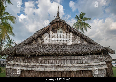 Detail of a wooden masked on the roof of a Haus Tambaran, Korogo Village, Middle Sepik, Papua New Guinea - Stock Image