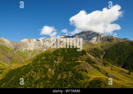 Cresta de las Mardaneras from GR-11 footpath with Posets massif at the background (Viadós, Chistau valley, Sobrarbe, Huesca, Pyrenees, Aragon, Spain) - Stock Image