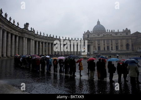 Tourists wait in the rain to enter Saint Peter's Basilica in Vatican City, in Rome, March 10, 2008. Photo/Chico - Stock Image
