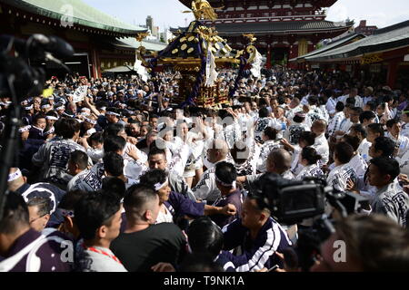 TOKYO, JAPAN - MAY 18: Participants clad in traditional happi coats carry a portable shrine in front of Sensoji Temple during Tokyo's one of the largest three day festival called 'Sanja Matsuri' on May 18, 2019 in Tokyo, Japan. A boisterous traditional mikoshi (portable shrine) is carried in the streets of Asakusa to bring goodluck, blessings and prosperity to the area and its inhabitants. (Photo: Richard Atrero de Guzman/ AFLO) - Stock Image
