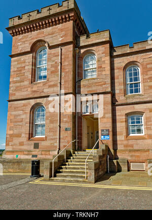 INVERNESS CITY SCOTLAND CENTRAL CITY THE ENTRANCE TO THE SHERIFF COURT IN THE RED STONE CASTLE - Stock Image