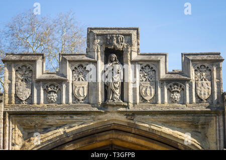 Stone decoration above a gate to Magdalen College, Oxford - Stock Image