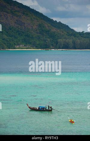 Longtail boat and kayak on Ko Lipe beach, Thailand - Stock Image