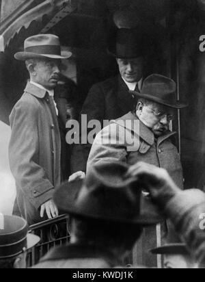 Theodore Roosevelt arrives home on Oct. 22, 1912, after being shot in Milwaukee 6 days earlier. He was sidelined - Stock Image