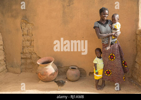 Samba village, Yako Province, Burkina Faso : Mamounata Kologo, 28, with her twins Abdmounourou  and Samiratou Zoundi, 20 month old. - Stock Image