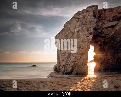 Felsentor bei Port Blanc auf der Halbinsel Quiberon, Bretagne - Stock Image