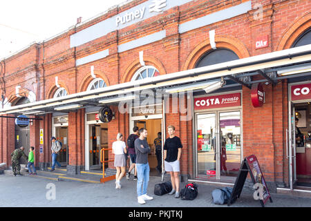 Entrance to Putney Railway Station, High Street, Putney, London Borough of Wandsworth, Greater London, England, United Kingdom - Stock Image