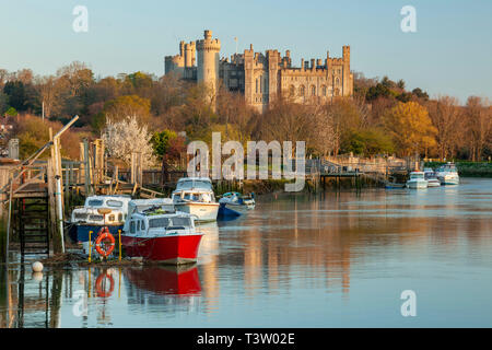Sunrise on river Arun in Arundel, West Sussex. Arundel Castle in the distance. - Stock Image