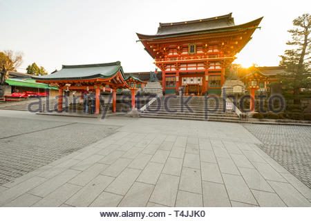 Sunrise behind Romon at the Fushimi Inari Taisha Shinto shrine dedicated to the god Inari, Fukakusa Yabunouchichō, Fushimi Ward, Kyoto, Honshu, Japan - Stock Image