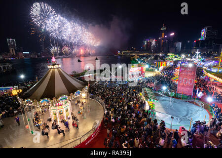Hong Kong, Hong Kong SAR, China. 1st Jan, 2019. AIA Carnival at the Central Harbourfornt. Fireworks welcome in 2019 on Victoria harbour by the AIA Carnival Credit: Jayne Russell/ZUMA Wire/Alamy Live News - Stock Image