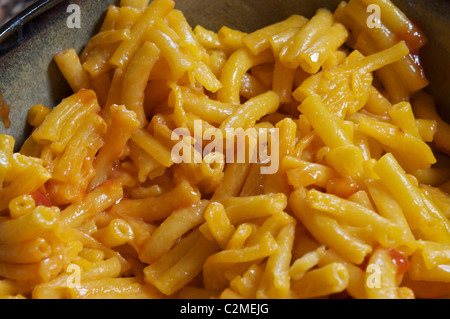mac an cheese in bowl - Stock Image