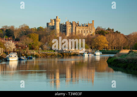 Sunrise on river Arun in West Sussex, England. Arundel Castle in the distance. - Stock Image