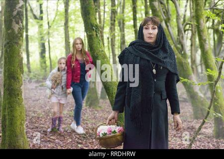THE WATCHER IN THE WOODS, DIXIE EGERICKX, TALLULAH EVANS , ANJELICA HUSTON, 2017 - Stock Image