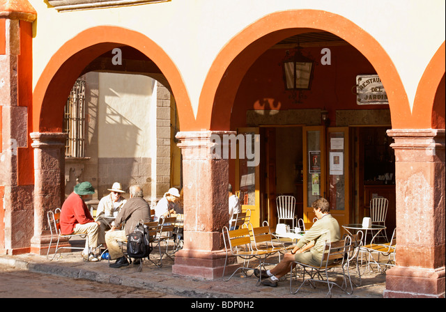 tourists-in-an-outdoor-restaurant-on-the