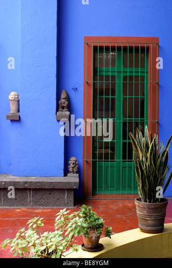 courtyard-at-the-museo-frida-kahlo-also-
