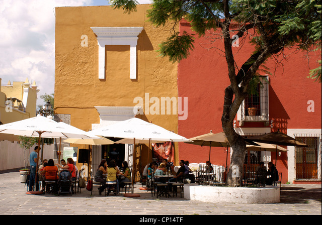 people-in-an-outdoor-cafe-in-the-barrio-